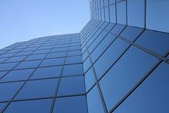 Grattacielo di vetro visto da sotto Fotografia Stock Libera da Diritti