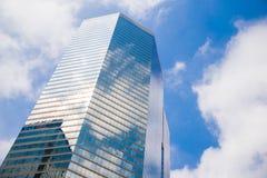 Grattacielo e cielo Fotografie Stock Libere da Diritti