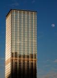 Grattacielo e luna Fotografia Stock Libera da Diritti