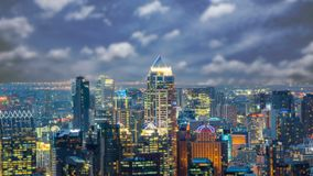 Grattacielo famoso di notte di Bangkok stock footage