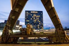 Grattacielo incorniciato tramite una vecchia gru Fotografie Stock