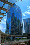 Grattacielo moderno con cielo blu Fotografia Stock
