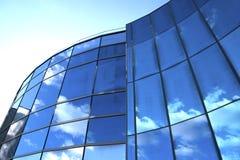 Grattacielo moderno con la riflessione del cielo fotografie stock libere da diritti