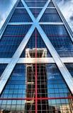 Grattacielo moderno con la riflessione del cielo Fotografia Stock Libera da Diritti