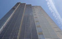 Grattacielo moderno con sole e cielo blu immagini stock libere da diritti