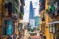 Grattacielo moderno della città di Ho Chi Minh, di Saigon e vecchia costruzione di appartamento, Asia Pacific, Vietnam Fotografia Stock