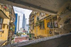 Grattacielo moderno della città di Ho Chi Minh, di Saigon e vecchia costruzione di appartamento, Asia Pacific, Vietnam Immagine Stock Libera da Diritti