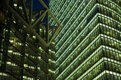 Grattacielo nella notte fotografie stock libere da diritti