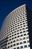 Grattacielo sopra cielo blu Fotografie Stock