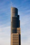 Grattacielo sopra cielo blu Fotografia Stock Libera da Diritti