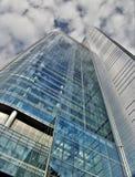 Grattacielo sotto il cielo nuvoloso Immagini Stock
