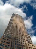 Grattacielo sotto un cielo blu nuvoloso Fotografia Stock