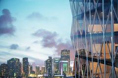 Grattacielo vitroso moderno con la città di notte a fondo immagini stock