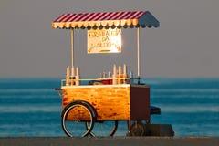 Grattatella-Stand nahe dem Meer auf Sonnenuntergang Stockfotografie