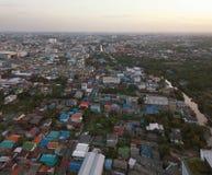 Gratte-ciel à Bangkok du centre avec le ciel bleu, Thaïlande photographie stock