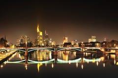 Gratte-ciel à Francfort par nuit Images libres de droits