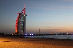 Gratte-ciel arabe d'Al de Burj près de plage de soirée Image libre de droits