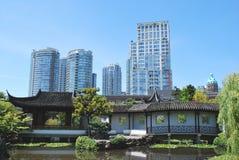 Gratte-ciel au-dessus de jardin chinois de sembler, Images stock