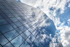 Gratte-ciel avec la réflexion du ciel bleu et des nuages Photo stock