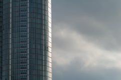 Gratte-ciel avec les cieux orageux Images libres de droits
