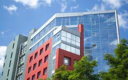 Gratte-ciel avec les fenêtres et le ciel bleu reflétés d'espace libre Photographie stock libre de droits