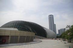 Gratte-ciel ayant beaucoup d'étages en verre de bâtiment de bleu en acier, architecture industrielle Photo stock