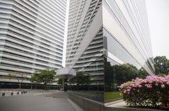 Gratte-ciel ayant beaucoup d'étages en verre de bâtiment de bleu en acier, architecture industrielle Photo libre de droits