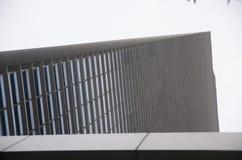 Gratte-ciel ayant beaucoup d'étages en verre de bâtiment de bleu en acier, architecture industrielle Photographie stock libre de droits