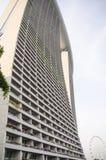 Gratte-ciel ayant beaucoup d'étages en verre de bâtiment de bleu en acier, architecture industrielle Photos libres de droits