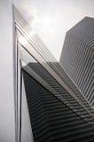 Gratte-ciel ayant beaucoup d'étages en verre de bâtiment de bleu en acier, architecture industrielle Images libres de droits