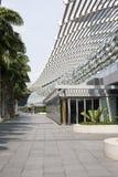 Gratte-ciel ayant beaucoup d'étages en verre de bâtiment de bleu en acier, architecture industrielle Photos stock