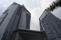 Gratte-ciel ayant beaucoup d'étages en verre de bâtiment de bleu en acier, architecture industrielle Image libre de droits