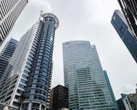 Gratte-ciel bleu dans les tombolas endroit, Singapour Images stock