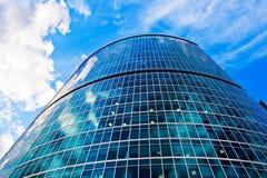 Gratte-ciel bleu et ciel bleu Photographie stock libre de droits