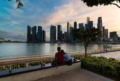 Gratte-ciel célèbres de Singapour au coucher du soleil images libres de droits