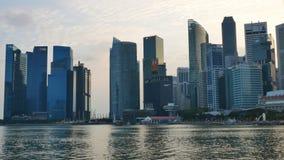 Gratte-ciel chez Marina Bay Waterfront Promenade au coucher du soleil banque de vidéos