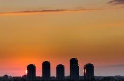 Gratte-ciel contre la lumière de coucher du soleil Photographie stock