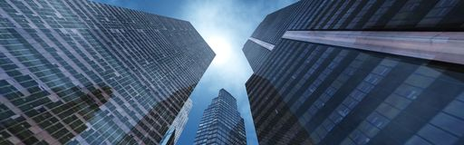 Gratte-ciel contre le ciel Photographie stock libre de droits
