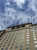Gratte-ciel contre un ciel orageux Images stock