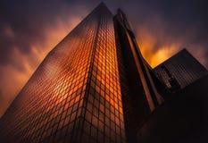 Gratte-ciel d'or d'heure photos stock