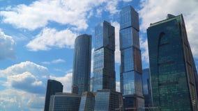 Gratte-ciel d'un centre d'affaires contre un ciel bleu avec des nuages banque de vidéos