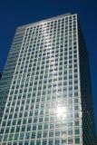 Gratte-ciel dans l'épanouissement de lentille des quartiers des docks de Londres Photo stock