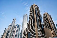 Gratte-ciel dans la marina de Dubaï Photographie stock libre de droits