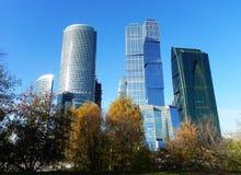 Gratte-ciel dans la ville de Moscou Complexe architectural de bureau et de b?timents r?sidentiels photos libres de droits