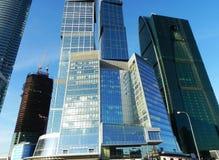 Gratte-ciel dans la ville de Moscou Complexe architectural de bureau et de b?timents r?sidentiels images libres de droits