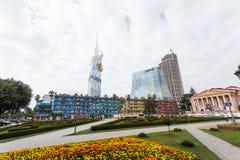 Gratte-ciel de Batumi et bâtiment de théâtre de drame Images stock