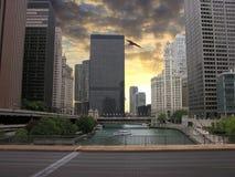 Gratte-ciel de Chicago au-dessus du fleuve, Etats-Unis Photos stock