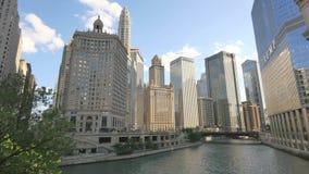 Gratte-ciel de Chicago reflétant le coucher du soleil sur ses façades banque de vidéos