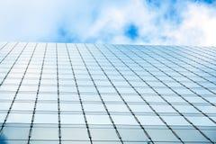 Gratte-ciel de ciel bleu et d'affaires avec le mur entièrement fait de verre Images stock