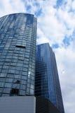 Gratte-ciel de corporation dans le bleu avec des réflexions Photographie stock